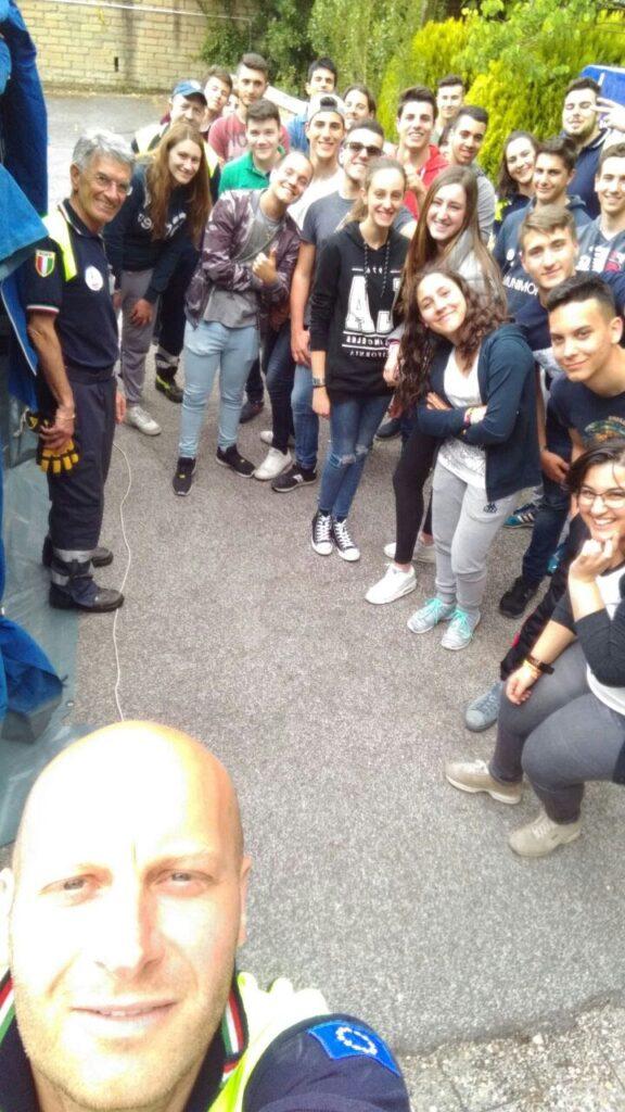 Selfie di Gianluca Pompili con dei ragazzi dell'Istituto